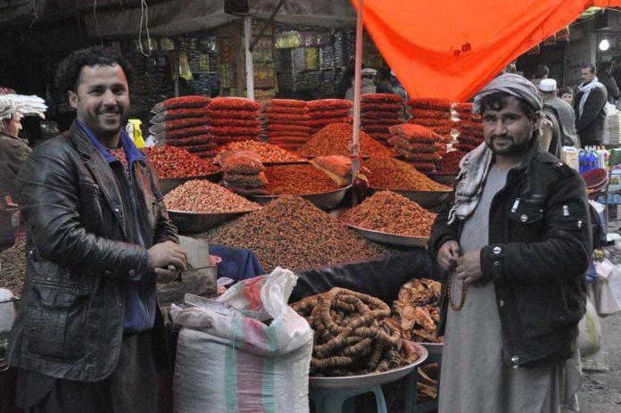 Dos vendedores de alimentos en un mercado de Kabul sonríen en medio de la jornada laboral. / Víctor de Currea-Lugo