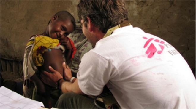 Un voluntario de Médicos Sin Fronteras atiende a un niño MSF