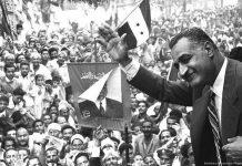 El líder egipcio Gamal Abdel Naser saluda a las masas en la ciudad de Mansura, el 7 de Mayo de 1960 [Bibliotheca Alexandrina/Wikipedia]