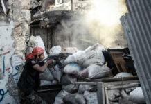 En la ciudad siria de Alepo, convertida en bastión rebelde, un militante del ELS dispara contra las fuerzas oficiales. / AFP