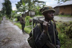 Un soldado de la República Democrática del Congo cerca de la frontera con Ruanda. / AFP