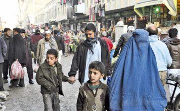 Transeúntes caminan por una de las calles comerciales de Kabul, la capital afgana. / Fotos: Víctor de Currea - Lugo