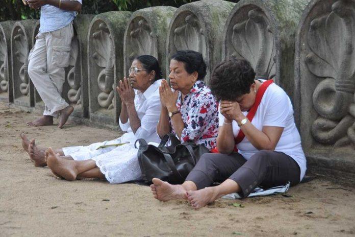 Tres mujeres oran en un templo budista de la ciudad de Colombo, capital de Sri Lanka. / Fotos: Víctor de Currea-Lugo