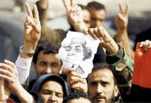 Manifestantes libios celebraron la muerte de Muamar Gadafi, el 20 de octubre de 2011. / AFP