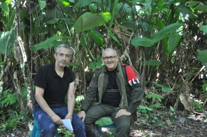 Víctor de Currea-Lugo, profesor de la Universidad Nacional, junto a Antonio García, uno de los máximos comandantes del ELN.