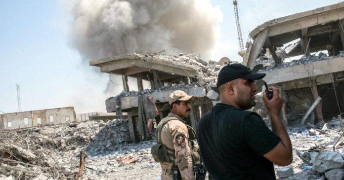 Oficiales del ejército iraquí luchan contra el Estado Islámico en Mosul. Foto: by Martyn Aim/Getty Images.
