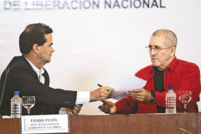 """El 30 de marzo, Frank Pearl por el Gobierno y """"Antonio García"""" por el Eln presentaron la agenda a negociar. / EFE"""