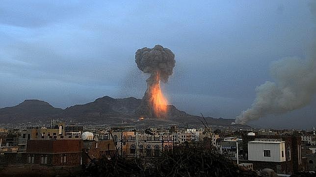 Vista de una explosión en un almacén de misiles controlado por el movimiento chií de los hutíes, tras un bombardeo de la coalición árabe liderada por Arabia Saudí, en Saná, Yemen - EFE