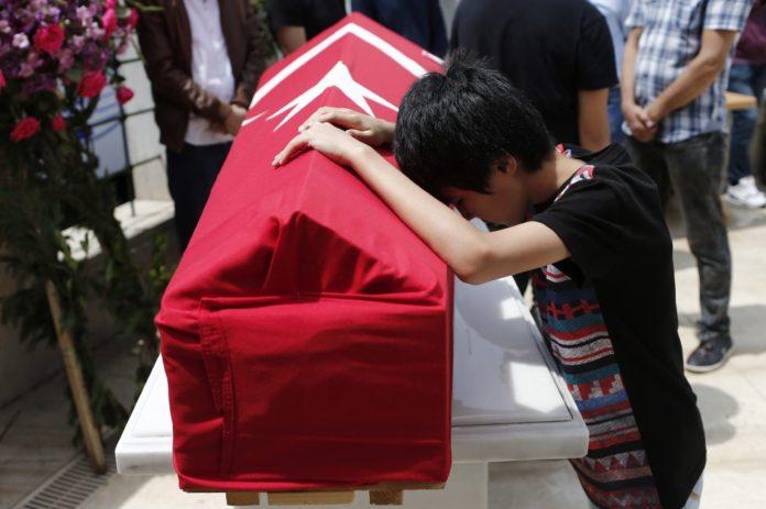 El jueves fue el funeral de Habibullah Sefer, una de las víctimas del atentado suicida en Turquía que dejó 44 muertos y más de 200 heridos. / EFE
