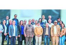 Los equipos negociadores del Gobierno y el Eln, posando para los medios el sábado pasado en Ibarra, Ecuador. SIG