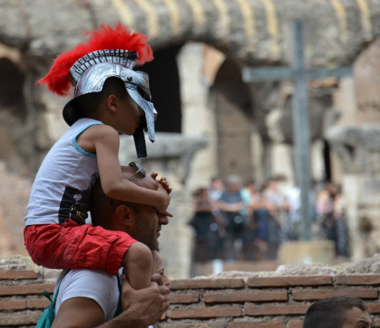 De los soldados romanos de antes, solo vi algunos, vestidos así, para disfrute de los turistas, como este pequeño