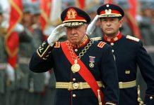 Augusto Pinochet saluda a sus tropas antes de retirarse de la dirección del Ejército, en 1998. / Reuters