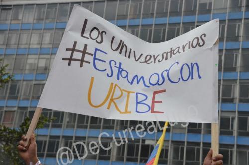 GALERÍA | Plantones a favor y en contra de Uribe 16