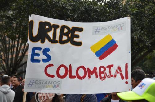 GALERÍA | Plantones a favor y en contra de Uribe 15