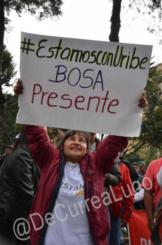 GALERÍA | Plantones a favor y en contra de Uribe 14