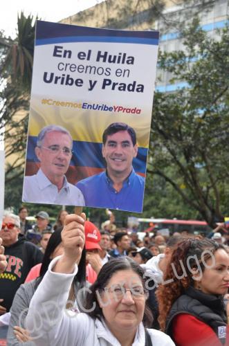GALERÍA | Plantones a favor y en contra de Uribe 12