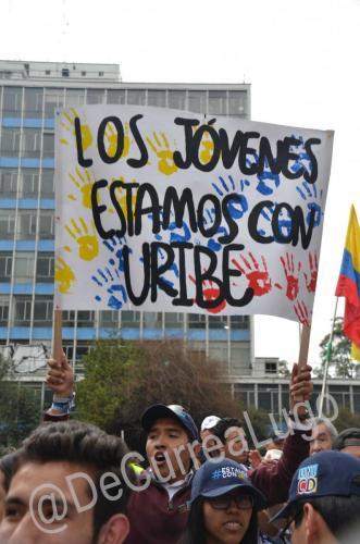 GALERÍA | Plantones a favor y en contra de Uribe 11